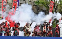 People dressed in samurai armor fire muskets in Osaka Castle Park to celebrate the beginning of the Reiwa era, in Osaka's Chuo Ward on May 1, 2019. (Mainichi/Ryoichi Mochizuki)