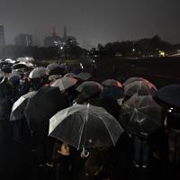皇居前広場で令和元年を迎えた人たち=東京都千代田区で2019年5月1日午前0時、宮間俊樹撮影