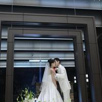 平成から令和へと元号が変わり、行われた結婚式でウエディングキスをする小林美香さん(左)と守屋翼さん=長野県軽井沢町の軽井沢プリンスホテルで2019年5月1日午前0時、藤井達也撮影