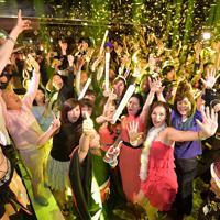 平成から令和に変わり、ディスコで盛り上がる人たち=京都市東山区で2019年5月1日午前0時、平川義之撮影