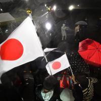 皇居前広場で令和元年を迎えた人たち=東京都千代田区で2019年5月1日午前0時5分、宮間俊樹撮影