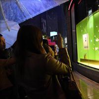 改元を迎え、「令和」の書を写真に撮る人たち=東京都中央区で2019年5月1日午前0時、山崎一輝撮影