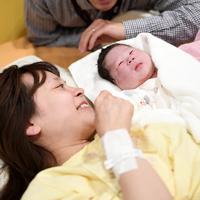 生まれたばかりの伊谷類ちゃん(中央)を抱いて笑顔を見せる母藍さん(左)と父燎さん=埼玉県富士見市の恵愛病院で2019年5月1日午前0時22分、竹内紀臣撮影