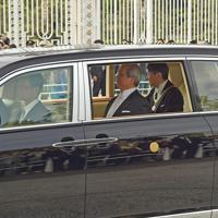 赤坂御所から皇居に向かわれる新天皇陛下。奥は迎賓館=東京都港区で2019年5月1日午前9時53分、丸山博撮影