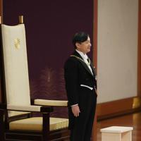 「剣璽等承継の儀」に臨まれる新天皇陛下=皇居・宮殿「松の間」で2019年5月1日午前10時31分、小川昌宏撮影