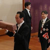 「剣璽等承継の儀」を終え、退出される新天皇陛下=皇居・宮殿「松の間」で2019年5月1日午前10時35分、小川昌宏撮影