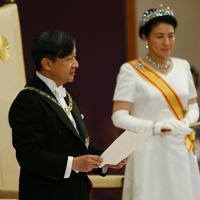 「即位後朝見の儀」でおことばを述べられる新天皇陛下=皇居・宮殿「松の間」で2019年5月1日午前11時15分、佐々木順一撮影