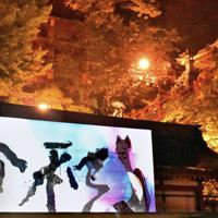 書道パフォーマンスで「令和」を書き上げる山口芳水さん=佐賀県鹿島市の祐徳稲荷神社で2019年5月1日午前0時3分、竹林静撮影