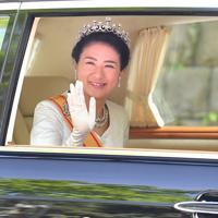沿道の人たちに手を振りながら赤坂御所に戻られる新皇后雅子さま=東京都港区で2019年5月1日午前11時43分、宮間俊樹撮影