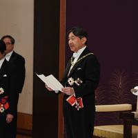 「即位後朝見の儀」で初めてのお言葉を述べられる新天皇陛下。右は新皇后雅子さま=皇居・宮殿「松の間」で2019年5月1日午前11時14分(代表撮影)