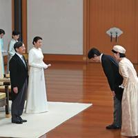 ご即位祝賀行事で秋篠宮ご夫妻からあいさつを受けられる天皇、皇后両陛下=皇居・宮殿「松の間」で2019年5月1日午後3時34分(代表撮影)