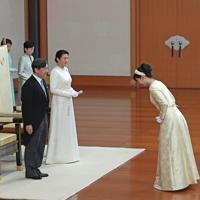 ご即位祝賀行事で秋篠宮家の次女、佳子さまからあいさつを受けられる新天皇、皇后両陛下=皇居・宮殿「松の間」で2019年5月1日午後3時35分(代表撮影)
