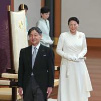 ご即位祝賀行事を終え、退出される新天皇、皇后両陛下=皇居・宮殿「松の間」で2019年5月1日午後3時38分(代表撮影)