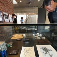 朝日新聞阪神支局内の資料室で展示されている、重傷を負った犬飼兵衛記者の被弾したペンなど=兵庫県西宮市で2019年5月3日午前11時12分、小出洋平撮影