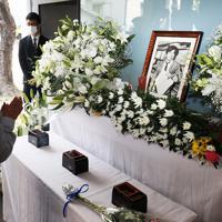 小尻知博記者の写真が掲げられた拝礼所を訪れる人たち=兵庫県西宮市で2019年5月3日午前10時48分、小出洋平撮影