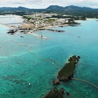 米軍普天間飛行場の移設工事が進む辺野古沿岸部=沖縄県名護市で2019年4月22日午後0時5分、小型無人機で森園道子撮影