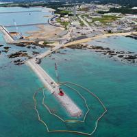 移設工事が進む辺野古沿岸部=沖縄県名護市で2019年4月22日午前11時50分、小型無人機で森園道子撮影
