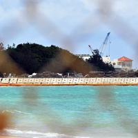 辺野古漁港そばに設置された米軍敷地との境界のフェンスから望む移設工事現場=沖縄県名護市で2019年4月25日午前11時29分、森園道子撮影