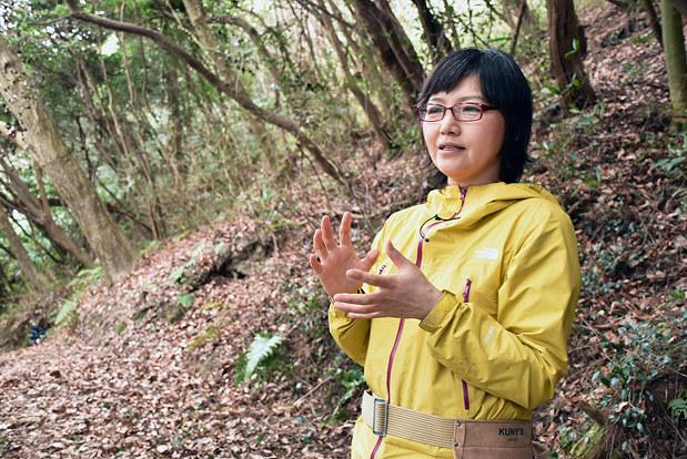 「山道を散策しながら、自分の感性で島の魅力を感じてほしい」と話す鴻池朋子さん=高松市庵治町の大島で、小川和久撮影