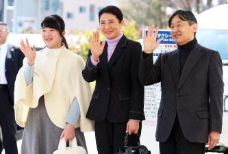 静養のため長野駅に到着し、出迎えた人たちに手を振られる皇太子時代の天皇ご一家=長野市で3月25日(代表撮影)