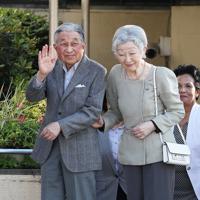 東京ローンテニスクラブに到着された上皇ご夫妻=東京都港区で2019年5月5日午後4時20分、玉城達郎撮影