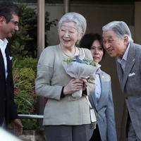 東京ローンテニスクラブの訪問を終え、見送りの人たちに会釈される上皇ご夫妻=東京都港区で2019年5月5日午後5時22分、玉城達郎撮影