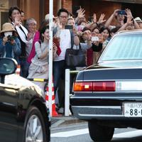 東京ローンテニスクラブの訪問を終えられた上皇ご夫妻に手を振る沿道の人たち=東京都港区で2019年5月5日午後5時25分、玉城達郎撮影