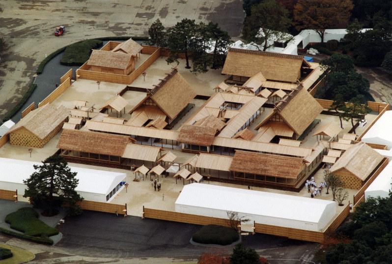 平成の大嘗祭が行われた大嘗宮。右が悠紀殿、左が主基殿、奥が廻立殿=皇居・東御苑で1990年11月21日、本社ヘリから撮影