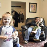 生まれながらの薬物依存症で、スミス家の養子となった子供たち=米ウェストバージニア州リプリーで