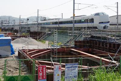 北陸線を走る特急サンダーバード。すぐ脇では北陸新幹線の工事が進んでいる=福井市春日1で、塚本恒撮影