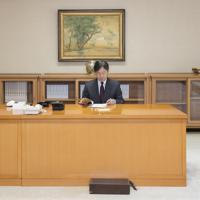 内閣から届いた書類に目を通される天皇陛下=東京都千代田区の皇居・宮殿「菊の間」で2019年5月7日午後3時半ごろ(宮内庁提供)