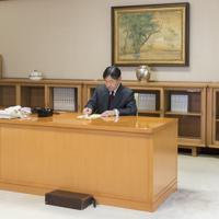 内閣から届いた書類に印を押される天皇陛下=東京都千代田区の皇居・宮殿「菊の間」で2019年5月7日午後3時半ごろ(宮内庁提供)