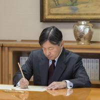 内閣から届いた書類に署名される天皇陛下=東京都千代田区の皇居・宮殿「菊の間」で2019年5月7日午後3時半ごろ(宮内庁提供)
