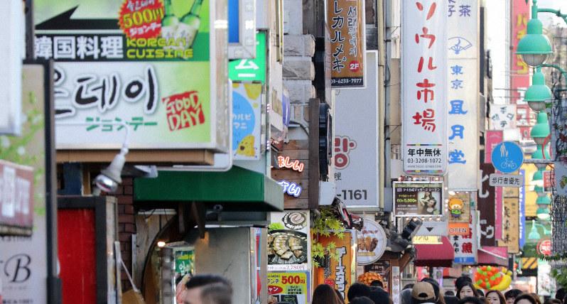 ハングルで書かれた看板も点在する新大久保=東京都新宿区で、梅村直承撮影