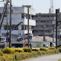 レッカー車に積み込まれる事故車両=大津市で2019年5月8日午後1時11分、幾島健太郎撮影