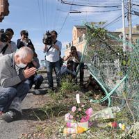 事故現場で手を合わせる男性=大津市で2019年5月8日午後3時7分、幾島健太郎撮影