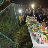 献花台が設置され、手を合わせる人たちが次々と訪れる事故現場=大津市で2019年5月8日午後7時42分、平川義之撮影