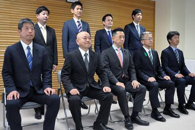記章を胸に記念撮影に臨む新人8人と元職1人の福井県議9人=福井市大手3の県議会議事堂で、大森治幸撮影
