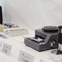 大阪府警が押収したクレジットカード偽造用の機器=大阪市北区の府警曽根崎署で2019年5月7日、安元久美子撮影