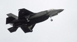 自衛隊観閲式に参加した航空自衛隊の最新鋭ステルス戦闘機F35A=陸上自衛隊朝霞訓練場で2018年10月14日、橋本政明撮影