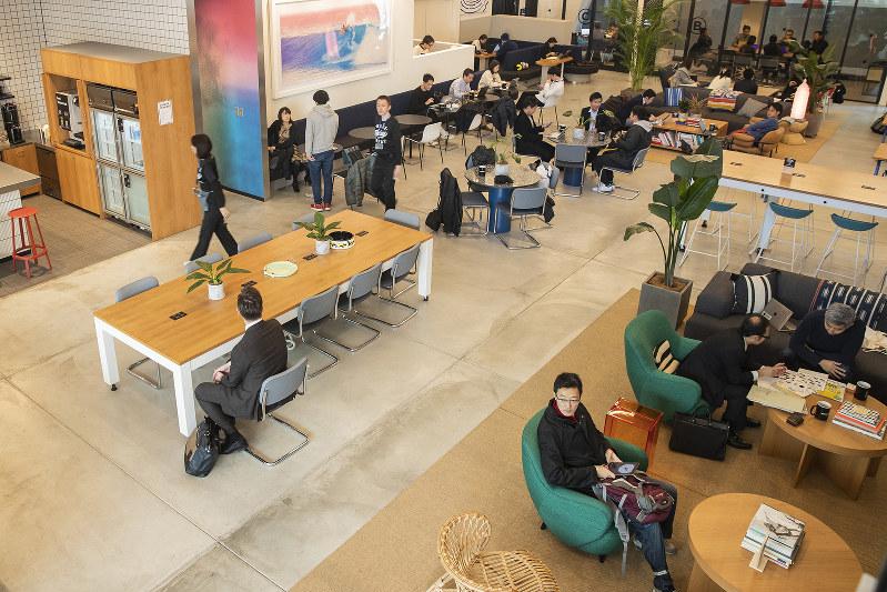 働き方改革で、シェアオフィスの活用が増えている(Bloomberg)