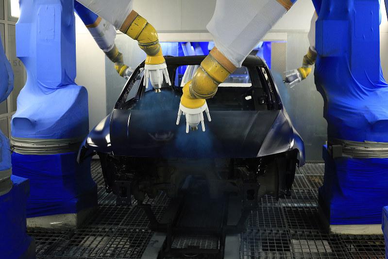 ロボットアームで塗装するフォルクスワーゲンの工場(Bloomberg)
