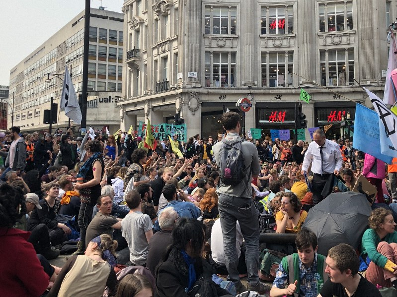 ヨーロッパで最も通行量が多いといわれるオックスフォード・ストリートに座り込むデモ参加者たち=2019年4月17日、三沢耕平撮影