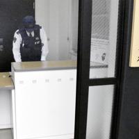 従来より高い受付カウンターを導入した県警の白水交番=名古屋市で