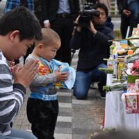事故現場の献花台では、小さな子供が手を合わせる姿も=大津市大萱6で2019年5月9日午前8時27分、添島香苗撮影