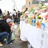保育園児たちが事故にあった現場に花を供え手を合わせる親子=大津市で2019年5月9日午前10時25分、梅田麻衣子撮影