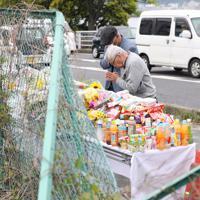 保育園児たちが事故にあった現場で手を合わせる男性=大津市で2019年5月9日午前10時46分、梅田麻衣子撮影