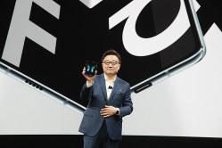 Galaxy Foldを発表するサムスン・モバイル事業トップのD.J.Koh氏 (サムスン提供)