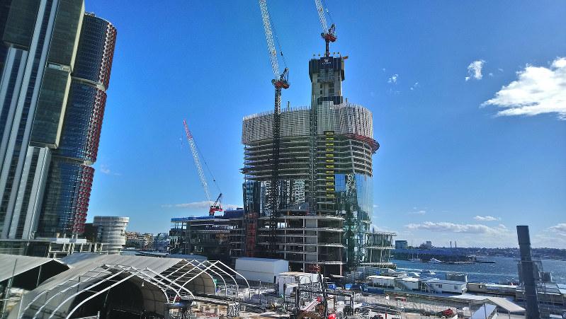 住宅市況の低迷を横目に、続くシドニー市内の建設ラッシュ (筆者撮影)