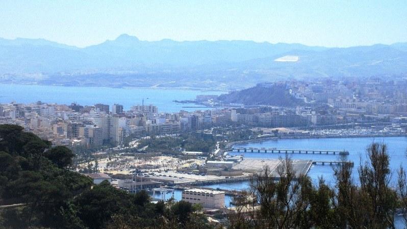 セウタの市街は陸繋島の砂州の上にある。向こうに見えるのはモロッコ(写真は筆者撮影)